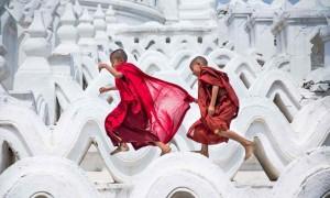 mingun tapınağındaki çocuklar