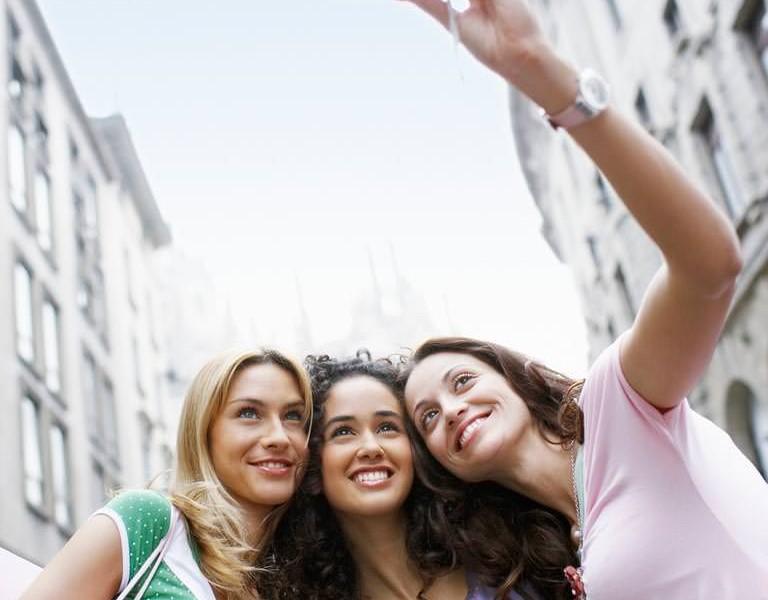 kızlarla selfie çektirmek