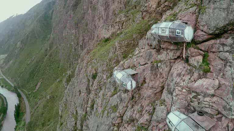 dağ yamacındaki odalar